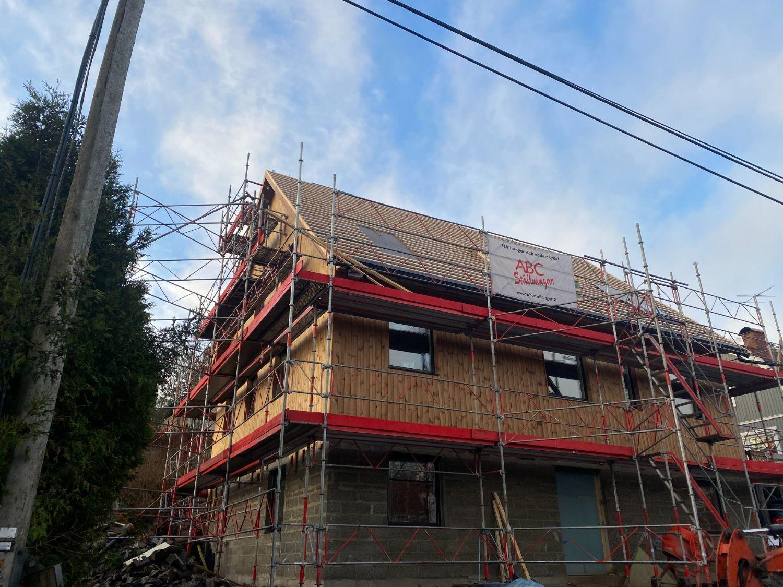 Montera klickplåt cirka 190 kv.m , montera 7 st. takfönster och två vikdörrar
