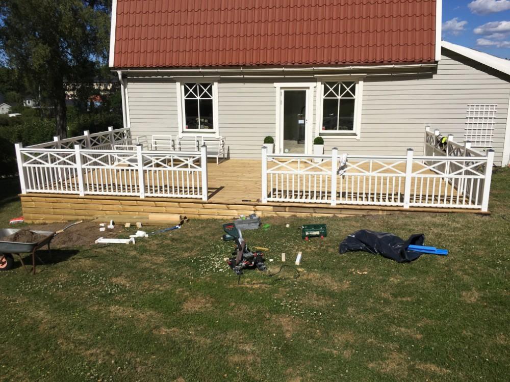 Bygga att ny altan med staket och ny altan dörr.