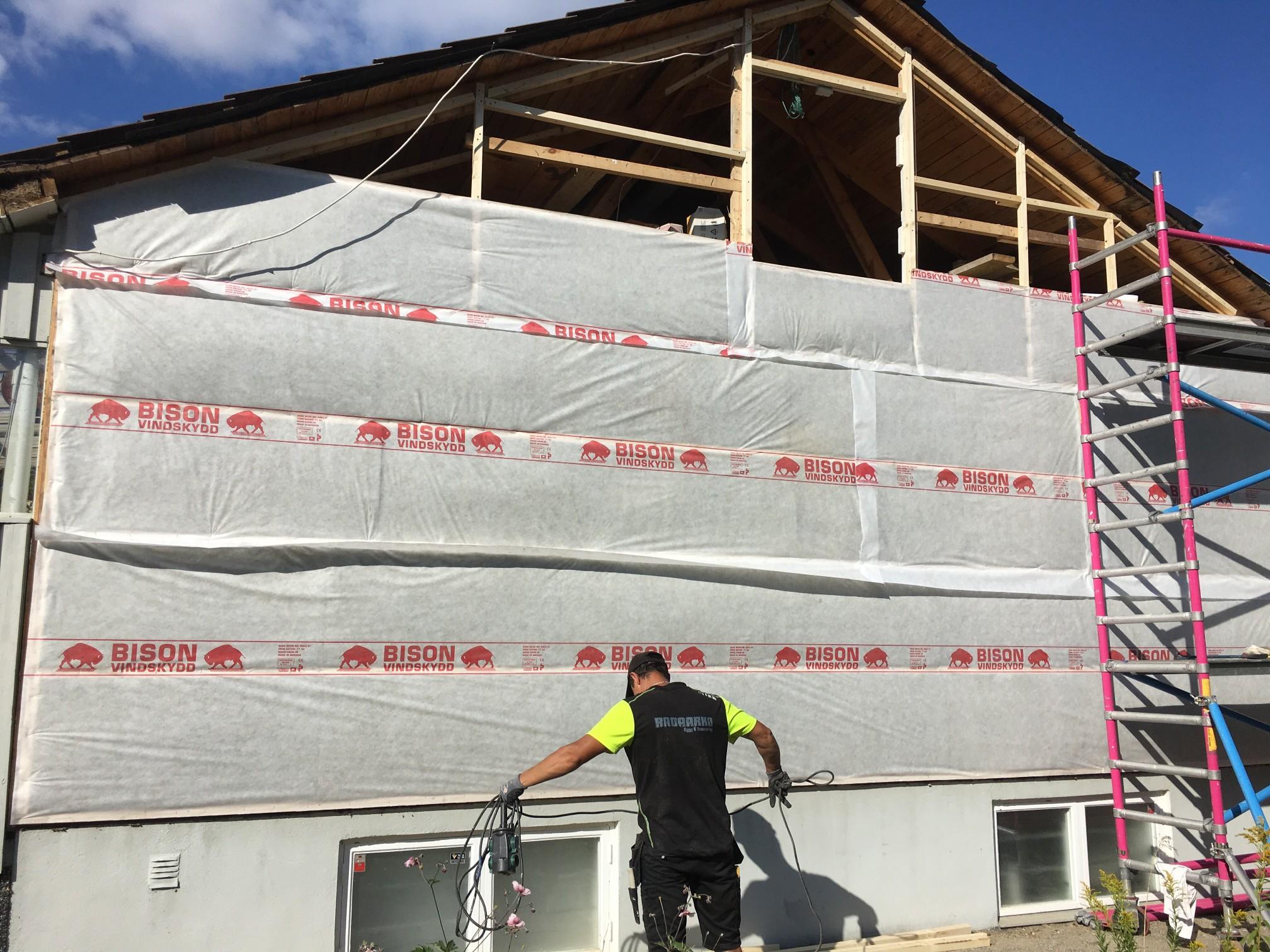 Byta panel av hus och isolera.